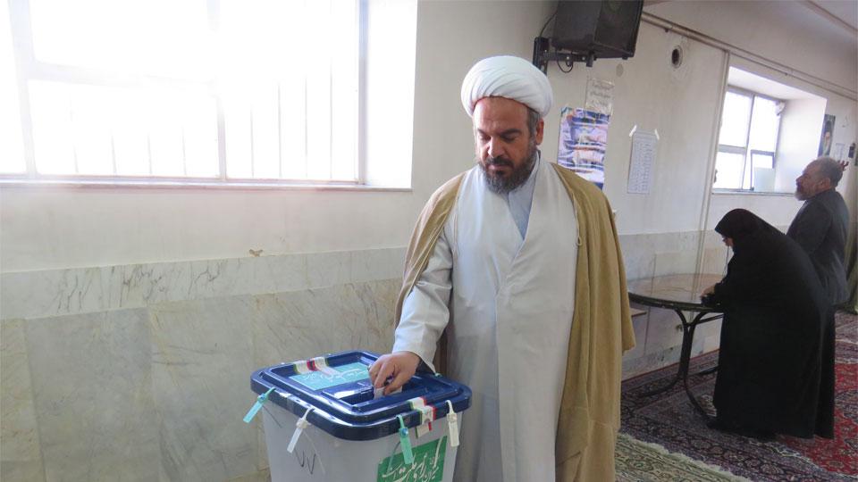 امام جمعه ویلاشهر رأی خود را به صندوق انداخت
